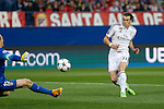 Atletico de Madrid's goalkeeper Oblak (L) and Real Madrid´s Gareth Bale during quarterfinal first leg Champions League soccer match at Vicente Calderon stadium in Madrid, Spain. April 14, 2015. (ALTERPHOTOS/Victor Blanco)