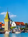 Deutschland, Bayern, Bayerisch Schwaben, Bodensee, Lindau: Hafen mit Mangturm und dem Hauptzollamt (Staffelgiebel) | Germany, Bavaria, Bavarian Swabia, Lake Constance, Lindau: the harbour with Mang Tower and customs house