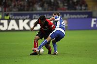 Zweikampf zwischen Mehdi Mahdavikia (Eintracht Frankfurt) und Christian Eichner (Karlsruher SC)