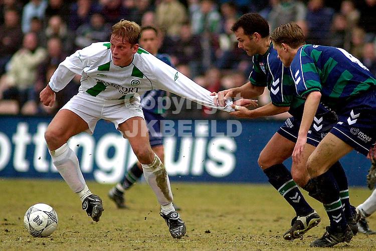 FC Groningen - FC Zwolle Holland Casino Eredivisie 02-03-2003 Martin Drent wordt vastgehouden door Remco Schol