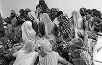 11.2008  Pushkar (Rajasthan)<br /> <br /> Women drinking tea in the street during the fair.<br /> <br /> Femmes buvant le thé dans la rue pendant la foire.