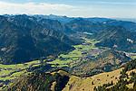 Deutschland, Bayern, Rosenheimer Land, Blick vom Wendelstein nach Westen. Der Wendelstein ist ein 1838 Meter hoher Berg der Bayerischen Alpen. Er gehoert zum Mangfallgebirge, dem oestlichen Teil der Bayerischen Voralpen. Er ist hoechster Gipfel des Wendelsteinmassivs, ist mit der Wendelstein-Seilbahn und der Wendelstein-Zahnradbahn erschlossen. Auf dem Gipfel des Berges befindet sich die Wendelstein-Kapelle, eine Sternwarte, eine Wetterwarte und die weithin sichtbare Sendeanlage des Bayerischen Rundfunks | Germany, Bavaria, Rosenheimer Land, between Brannenburg and Osterhofen: view from Wendelstein summit 1838 m towards west