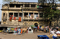 INDIA Westbengal, Kolkata, old palace from british colonial time in Kumartuli / INDIEN, Westbengalen, Kolkata, alter Palast aus der britischen Kolonialzeit