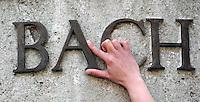 Schriftzüge in der Innenstadt - was erzählen die Buchstaben? - im Bild: am Bach Denkmal - Die Bronze Lettern des Nachnamens. Foto: Norman Rembarz..Jegliche kommerzielle Nutzung ist honorar- und mehrwertsteuerpflichtig! Persönlichkeitsrechte sind zu wahren. Es wird keine Haftung übernommen bei Verletzung von Rechten Dritter. Autoren-Nennung gem. §13 UrhGes. wird verlangt. Weitergabe an Dritte nur nach  vorheriger Absprache. Online-Nutzung ist separat kostenpflichtig..