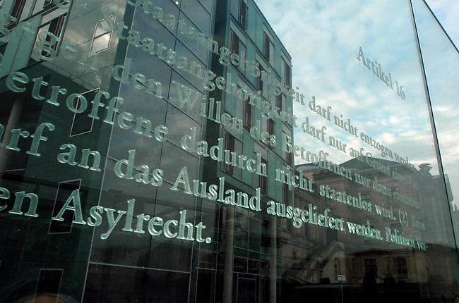 Grundgesetz Artikel 16 - Recht auf Asyl<br /> Ausschnitt aus der vom Architekten Dani Caravan entworfenen Glaswand, welche den Buerogebaeuden des Deutschen Bundestags als transparente Abgrenzung zur Spreepromenade dient.<br /> Jede Einzelscheibe der Glaswand traegt eines der 19 Grundrechte aus dem Grundgesetz in der Fassung des Jahres 1949.<br /> Hier: Ausschnitt aus dem Recht auf Asyl, Grundgesetz Artikel 16.<br /> 25.11.2004, Berlin<br /> Copyright: Christian-Ditsch.de<br /> [Inhaltsveraendernde Manipulation des Fotos nur nach ausdruecklicher Genehmigung des Fotografen. Vereinbarungen ueber Abtretung von Persoenlichkeitsrechten/Model Release der abgebildeten Person/Personen liegen nicht vor. NO MODEL RELEASE! Nur fuer Redaktionelle Zwecke. Don't publish without copyright Christian-Ditsch.de, Veroeffentlichung nur mit Fotografennennung, sowie gegen Honorar, MwSt. und Beleg. Konto: I N G - D i B a, IBAN DE58500105175400192269, BIC INGDDEFFXXX, Kontakt: post@christian-ditsch.de<br /> Bei der Bearbeitung der Dateiinformationen darf die Urheberkennzeichnung in den EXIF- und  IPTC-Daten nicht entfernt werden, diese sind in digitalen Medien nach §95c UrhG rechtlich geschuetzt. Der Urhebervermerk wird gemaess §13 UrhG verlangt.]