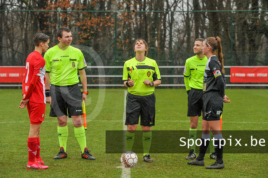 Maurane Marinucci (7) of Standard , assistant referee Romain Delree , referee Sylvie Deckers , assistant referee Geoffrey Quaranta and Chloe Van Mingeroet (17) of Eendracht Aalst pictured before a female soccer game between Standard Femina de Liege and Eendracht Aalst on the 12 th matchday of the 2020 - 2021 season of Belgian Scooore Womens Super League , saturday 30 th of January 2021 in Angleur , Belgium . PHOTO SPORTPIX.BE | SPP | STIJN AUDOOREN