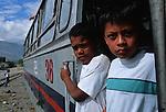 Amérique du Sud. Equateur. Trekking sur les volcans d'Equateur. Jeune métis sur le toit de l'Autoferro , un pitoresque bus sur rail  qui descend les pentes escarpées des Andesd d'Ibarra  vers San Lorenzo au bord du Pacifique.South America. Ecuador. Trekking on the volcanoes