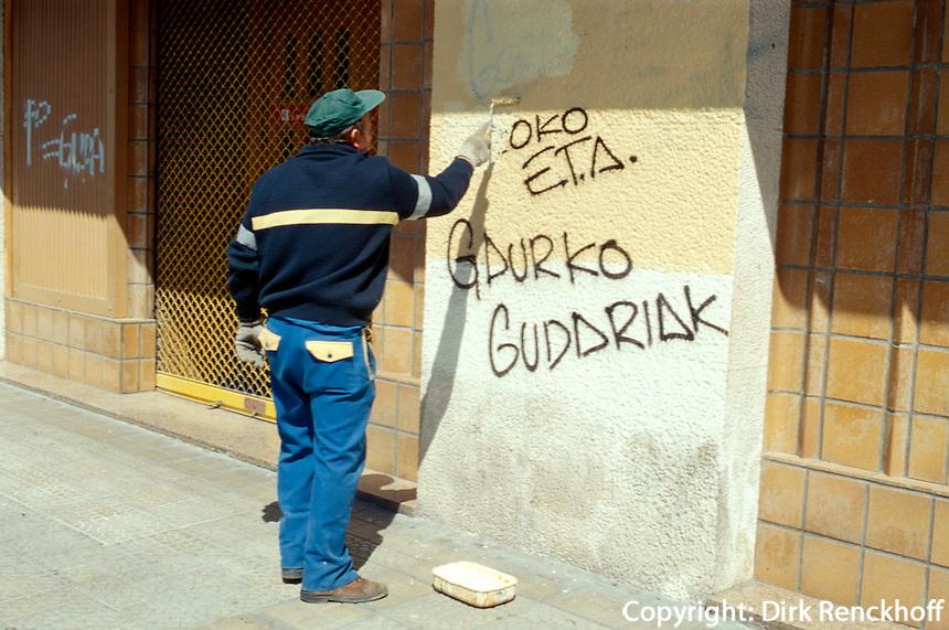 Entfernen von separatistischen Graffiti, Guernica, Baskenland (Euskadi), Spanien