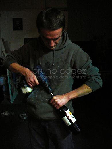 L'art peut developper des recourts hors du commun, ici István Betuker procédant à une ouverture de bouteille plutot musclée.
