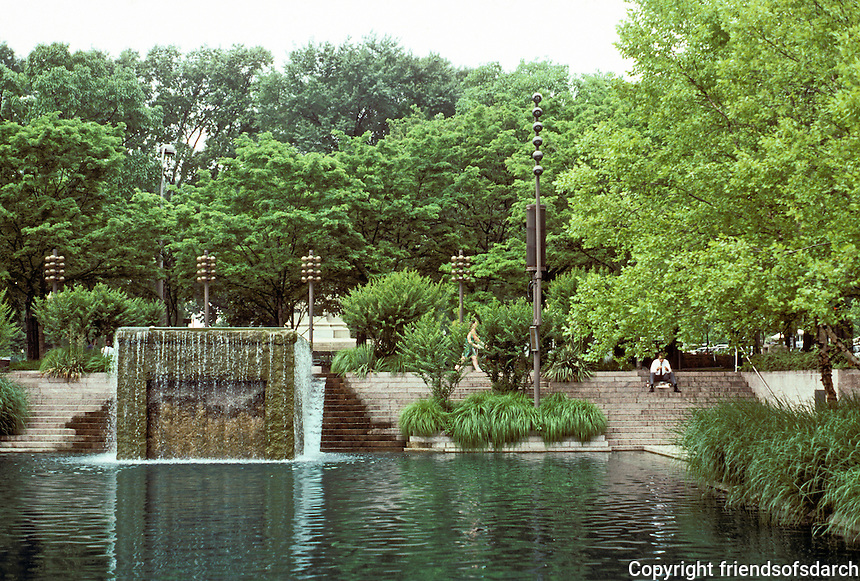 Washington D.C. : Pershing Park, Pennsylvania Ave. between 14th & 15th. This lovely place is no larger than Venturi's sterile Western Plaza! Photo '91.