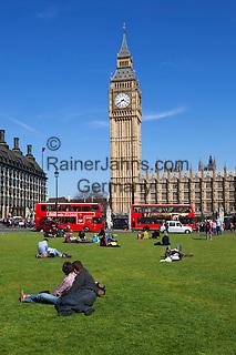 United Kingdom, England, London: Tourists in Parliament Square   Grossbritannien, England, London: Touristen am Parliament Square vorm House of Parliament mit Big Ben