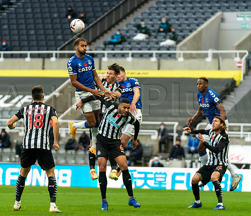 1st November 2020; St James Park, Newcastle, Tyne and Wear, England; English Premier League Football, Newcastle United versus Everton; Dominic Calvert-Lewin of Everton climbs above Jamaal Lascelles of Newcastle United to win the header as Federico Fernández watches on