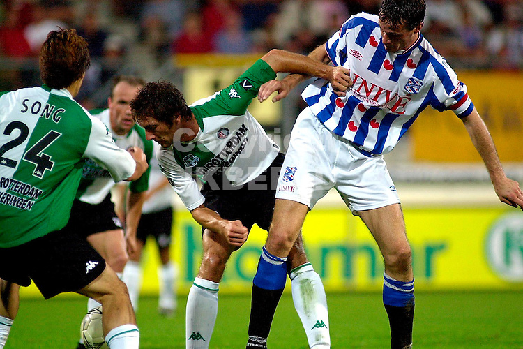 Heerenveen - Feyenoord seizoen 2003-2004 23-08-2003 vd berg in duel met sibon