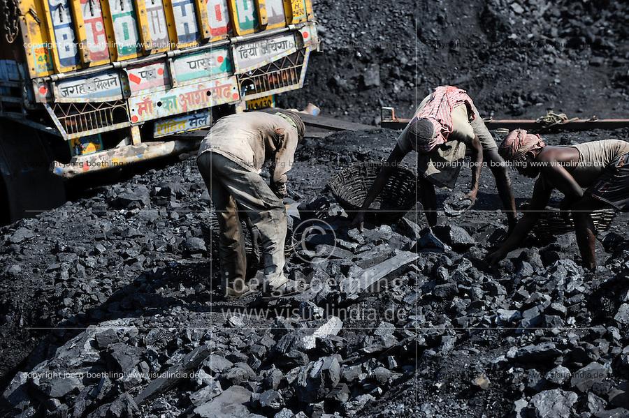 INDIA Dhanbad, underground coal mining of BCCL Ltd a company of COAL INDIA, worker are loading coal on trucks / INDIEN Dhanbad , Untertagekohlebergwerk von BCCL Ltd. ein Tochterunternehmen von Coal India, Verladung der gefoerderten Kohle auf LKW