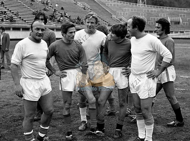 PIER PAOLO PASOLINI CON GIANNI MORANDI <br /> PARTITA NAZIONALE  ARTISTI - STADIO FLAMINIO ROMA 1974