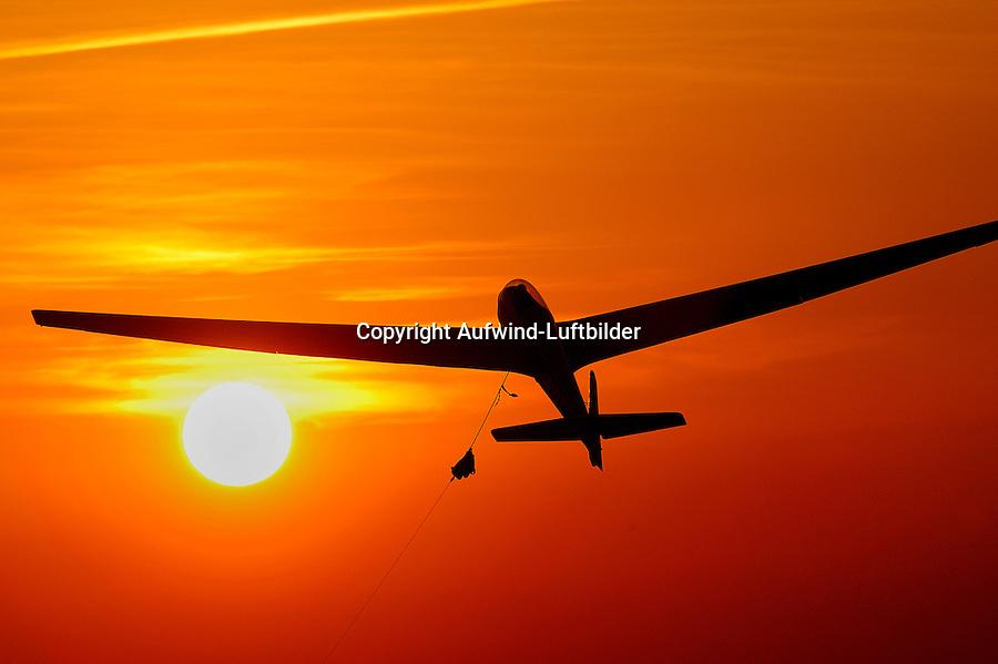 Windenstart mit einem Segelflugzeug in den Abendhimmel: EUROPA, DEUTSCHLAND, HAMBURG, (GERMANY), 21.06.2016: Windenstart mit einem Segelflugzeug in den Abendhimmel