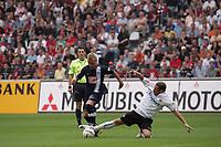 Patrick Ochs (Eintracht Frankfurt) grätscht Patrick Ebert (Hertha BSC Berlin) den Ball weg