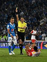 BOGOTA - COLOMBIA - 16 – 07 - 2017: Andres Rojas (Der.),  arbitro, muestra tarjeta amarilla a Juan Guillermo Dominguez,  (Izq.) jugador de Millonarios, durante partido de la fecha 2 entre Millonarios y el Independiente Santa Fe, por la Liga Aguila II-2017, jugado en el estadio Nemesio Camacho El Campin de la ciudad de Bogota. / Andres Rojas (L), referee, shows yellow card to Juan Guillermo Dominguez,  (L), player of Millonarios during a match of the date 2nd between Millonarios and Independiente Santa Fe, for the Liga Aguila II-2017 played at the Nemesio Camacho El Campin Stadium in Bogota city, Photo: VizzorImage / Luis Ramirez / Staff.