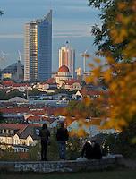 Herbst in Leipzig - hier der Blick auf den Uniriesen / Cityhochhaus / Panoramatower , das Wintergartenhochhaus und das Volkshaus vom herbstlichen Fockeberg. Foto: Norman Rembarz