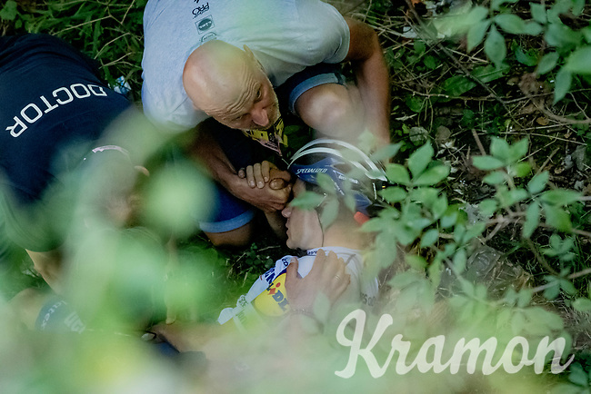 Remco Evenepoel (BEL/Deceuninck-Quickstep) crashed into a ravine desceninding the Muro di Sormano, fracturing his pelvis & ending his perfect-streak-2020 season.<br /> The corner he crashed is exactly 20 meters further then the one where Jan Bakelants & Laurens De Plus dove into a ravine in 2017...<br /> <br /> <br /> 114th Il Lombardia 2020 (1.UWT)<br /> 1 day race from Bergamo to Como (ITA/231km) <br /> <br /> ©kramon