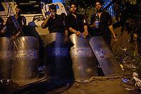 EGITTO, IL CAIRO 9/10 settembre 2011: assalto all'ambasciata israeliana. Migliaia di manifestanti egiziani, ancora infuriati per l'uccisione di cinque guardie di frontiera egiziane da parte dell'esercito israeliano, hanno fatto irruzione nella sede diplomatica israeliana e sono stati poi sgomberati da esercito e polizia egiziana. Nell'immagine: polizioni con gli scudi di fronte ad un blindato.<br /> Egypt attack to the Israeli embassy  Attaque à l'ambassade israelienne Caire