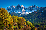 Italien, Suedtirol (Trentino - Alto Adige), Dolomiten, Villnoesstal, oberhalb Bergdorf St. Peter: Herbstlandschaft vor der Geislergruppe im Naturpark Puez-Geisler | Italy, South Tyrol (Trentino - Alto Adige), Villnoess Valley, above mountain village St Peter: autumn scenery with Le Odle mountains at natural park Puez-Odle