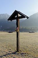Wegkreuz auuf Weiden südlich von Oberstdorf im Allgäu, Bayern, Deutschland<br /> wayside cross at pastures near Oberstdorf, Allgäu, Bavaria,  Germany