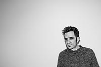 Javier Gallego posa durante la grabación de su programa de radio 'Carne Cruda'<br /> ©Juan Naharro