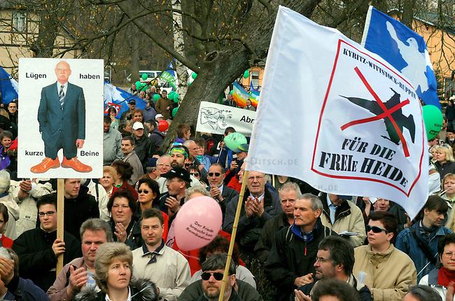 """Ostermarsch gegen Bombodrom<br /> 8.000 Menschen demonstrierten am Ostersonntag den 11. April 2004 im brandenburgischen Fretzdorf gegen das von der Bundeswehr geplante Bombodrom. Aufgerufen zu der Demonstration unter dem Motto """"Frieden kommt nicht mit Gewalt"""" hatte unter anderem die Buergerinitiative """"Freie Heide"""".<br /> Das bei Wittstock geplante Bombenabwurfgelaende wurde in der DDR von der Roten Armee bereits fuer Bombenabwuerfe genutzt und soll nach Willen der Bevoelkerung zukuenftig fuer touristische Zwecke genutzt werden.<br /> 11.4.2004, Fretzdorf/Brandenburg<br /> Copyright: Christian-Ditsch.de<br /> [Inhaltsveraendernde Manipulation des Fotos nur nach ausdruecklicher Genehmigung des Fotografen. Vereinbarungen ueber Abtretung von Persoenlichkeitsrechten/Model Release der abgebildeten Person/Personen liegen nicht vor. NO MODEL RELEASE! Nur fuer Redaktionelle Zwecke. Don't publish without copyright Christian-Ditsch.de, Veroeffentlichung nur mit Fotografennennung, sowie gegen Honorar, MwSt. und Beleg. Konto: I N G - D i B a, IBAN DE58500105175400192269, BIC INGDDEFFXXX, Kontakt: post@christian-ditsch.de<br /> Bei der Bearbeitung der Dateiinformationen darf die Urheberkennzeichnung in den EXIF- und  IPTC-Daten nicht entfernt werden, diese sind in digitalen Medien nach §95c UrhG rechtlich geschuetzt. Der Urhebervermerk wird gemaess §13 UrhG verlangt.]"""