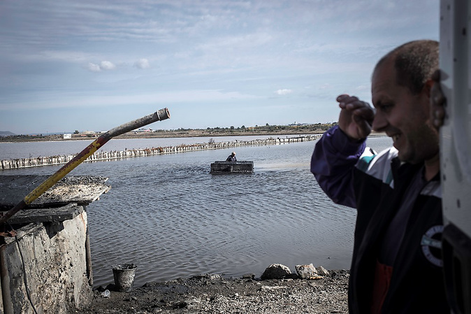An der Küste von Pomorie wird schwefelhaltiger Heilschlamm für die umliegenden Kurkliniken gefördert.