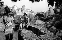 """Mostar, turisti allo Stari Most, """"Il Vecchio Ponte"""" che attraversa il fiume Narenta e collega la parte cristiana e quella musulmana della città --- Mostar, tourists at the Stari Most, the """"Old Bridge"""" that crosses the river Neretva and connects the Christian and Muslim part of the city"""