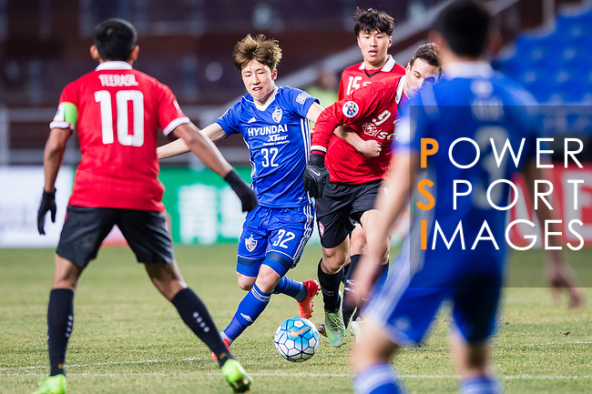 Ulsan Hyundai Midfielder Lee Yeongjae (C) fights for the ball with Muangthong Forward Xisco Jimenez (R) during the AFC Champions League 2017 Group E match between  Ulsan Hyundai FC (KOR) vs Muangthong United (THA) at the Ulsan Munsu Football Stadium on 14 March 2017 in Ulsan, South Korea. Photo by Chung Yan Man / Power Sport Images