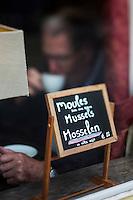 Europe/Belgique/Flandre/Flandre Occidentale/Bruges: Centre historique classé Patrimoine Mondial de l'UNESCO, : Ardoise d'un restaurant proposant le plat local: les moules au vin blanc