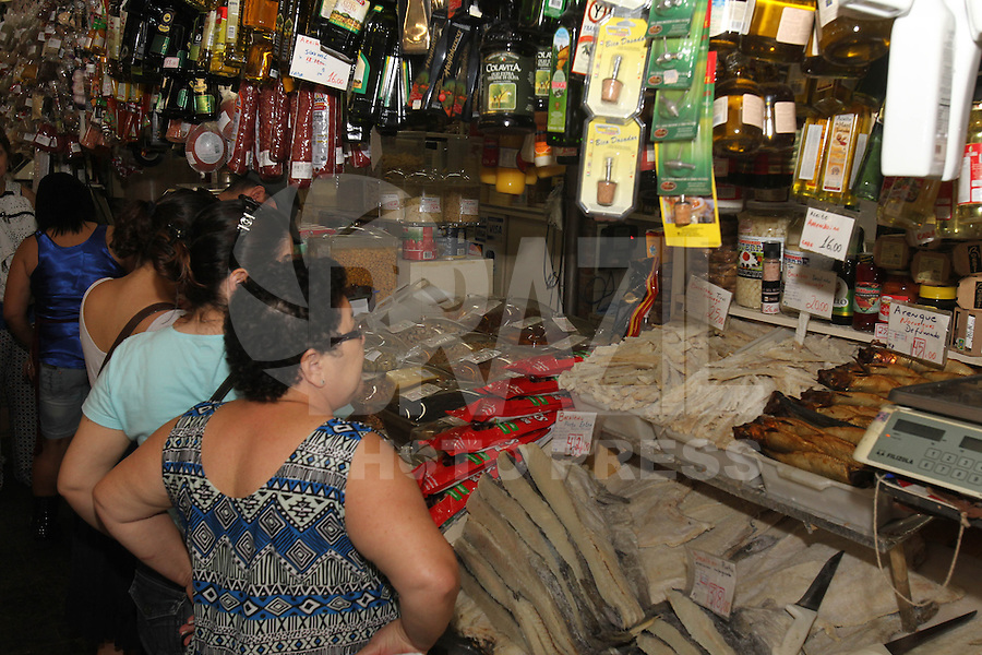 SAO PAULO, SP, 30/12/2013, MOVIMENTAÇÃO MERCADÃO. Populares lotam na manhã dessa segunda-feira(30) as ruas do Mercado Municipal de São Paulo, em busca dos itens para a ceia da Virada de Ano . LUIZ GUARNIERI/ BRAZIL PHOTO PRESS.