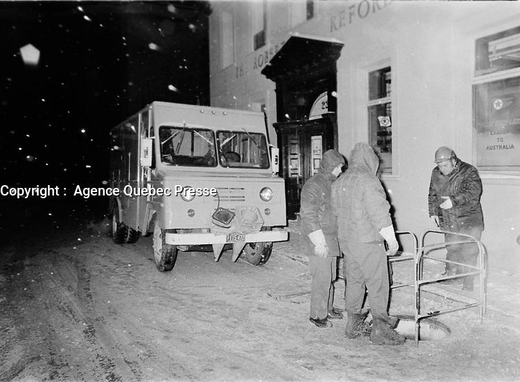 Employes au travail  durant une Panne de courant, 22 fevrier 1973, sur la rue St-Sacrement.<br /> <br /> PHOTO :   Agence Quebec Presse - Alain Renaud