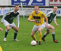 SC Wielsbeke - KM Torhout..Olivier Vanwynsberghe (midden) in een duel om de bal met Jens Lavens (links) en Hendrik Reynaert (rechts)..foto VDB / BART VANDENBROUCKE