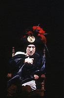 """Gigi Proietti, in """" Cirano De Bergerac """" è stato un attore, comico, doppiatore, cabarettista, conduttore televisivo, regista, cantante, direttore artistico e scrittore italiano. Milano, 18 ottobre 1985. Photo by Leonardo Cendamo/Getty Images"""