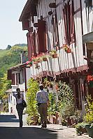 Europe/France/Aquitaine/64/Pyrénées-Atlantiques/Pays-Basque/La Bastide-Clairence: Facade des maisons à colombage, labourdines de la rue Jésus