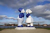 Nederland - Amsterdam - 2020. Westelijk Havengebied. Kissing Couple XXXL van de kunstenaar Saske van der Eerden. Noordzeekanaal. Uitzicht op Zaandam. Foto : ANP/ Hollandse Hoogte / Berlinda van Dam