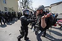 Ueber 1.500 Menschen protestierten am Sonntag den 1. Mai 2016 im Saechsischen Plauen mit Kundgebungen und einer Demonstration gegen einen Aufmarsch der Naziorganisation 3.Weg.<br /> Die Demonstration gegen den Aufmarsch wurde mehrfach von der Polizei mehrfach von der Polizei unter Einsatz von Pfefferspray und Schlagstoecken gestoppt. Teilnehmer haetten sich durch Tuecher, Muetzen und Brillen unkenntlich gemacht, so die Polizei. Dabei wurden auch Journalisten immer wieder zum Ziel polizeilicher Massnahmen durch die saechsische Polizei und an ihrer Arbeit gehindert.<br /> Im Bild: Ein vermummter Polizist der saechsischen Polizei geht gegen einen Journalisten vor.<br /> 1.5.2016, Plauen<br /> Copyright: Christian-Ditsch.de<br /> [Inhaltsveraendernde Manipulation des Fotos nur nach ausdruecklicher Genehmigung des Fotografen. Vereinbarungen ueber Abtretung von Persoenlichkeitsrechten/Model Release der abgebildeten Person/Personen liegen nicht vor. NO MODEL RELEASE! Nur fuer Redaktionelle Zwecke. Don't publish without copyright Christian-Ditsch.de, Veroeffentlichung nur mit Fotografennennung, sowie gegen Honorar, MwSt. und Beleg. Konto: I N G - D i B a, IBAN DE58500105175400192269, BIC INGDDEFFXXX, Kontakt: post@christian-ditsch.de<br /> Bei der Bearbeitung der Dateiinformationen darf die Urheberkennzeichnung in den EXIF- und  IPTC-Daten nicht entfernt werden, diese sind in digitalen Medien nach §95c UrhG rechtlich geschuetzt. Der Urhebervermerk wird gemaess §13 UrhG verlangt.]