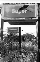 Milano, quartiere Comasina, periferia nord. Distributore di carburante in disuso e abbandonato. Super --- Milan, Comasina district, north periphery. Disused and abandoned petrol station