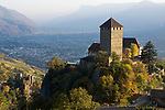 Italien, Suedtirol, bei Meran, Dorf Tirol: Landesmuseum Schloss Tirol und darunter liegend die Brunnenburg - Landwirtschaftsmuseum und Ezra-Pound Gedaechtnisstaette | Italy, South Tyrol, Alto Adige, near Merano, Tirolo: Tyrol castle - provincial museum of history and culture, below Brunnenburg castle - Agricultural Museum and Ezra-Pound Centre for Literature