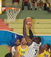 BUCARAMANGA -COLOMBIA, 26-03-2013. Hernández Villamil de Búcaros y Jeff Jahnbullen de Piratas durante partido de la fecha 20 de la Liga DirecTV de baloncesto profesional colombiano disputado en la ciudad de Bucaramanga. /  Hernández Villamil of Bucaros Jeff Jahnbullen during a game of the date 20 of the DirecTV League of professional Basketball of Colombia at Bucaramanga city. (Photo:VizzorImage / Jaime Moreno / STR)...........