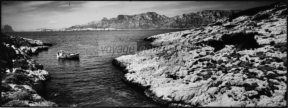 Europe/France/Provence-Alpes-Côte d'Azur/13/Bouches-du-Rhône/Marseille: Gaby le pécheur à la pèche avec son pointu (Bateau de pêche)  dans les calanques aux environs des Goudes