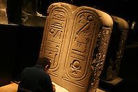 ITALIA - Torino - Museo Egizio ,  stele ,ragazzo disegna
