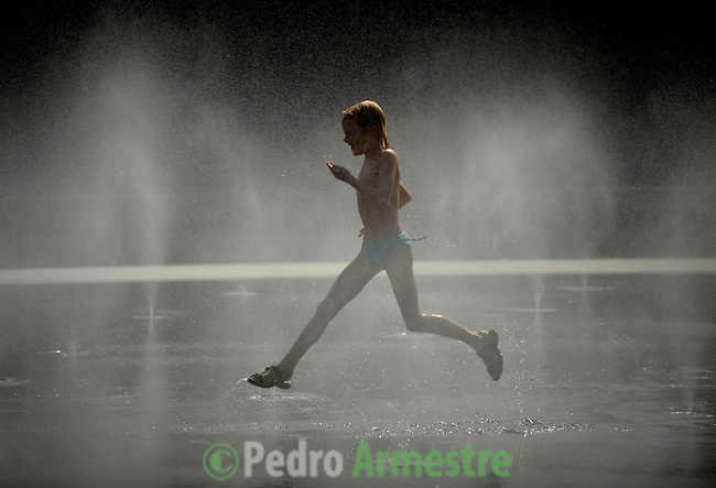 Children play in a park of Madrid on August 8, 2012 for a day of high temperatures in Spain. (C)Pedro ARMESTRE