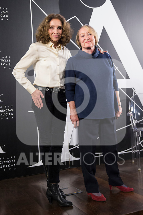 Spanish actress Ana Belen (L) and Spanish Cinema Academy President Yvonne Blake (R) attend the Goya honorary Aaward 2017 press conference at Academia de CineMadrid, January  17, 2017. (ALTERPHOTOS/Rodrigo Jimenez)