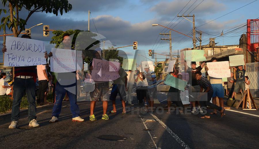 SAO PAULO SP, 16.12.2013 -  Manifestantes bloqueiam avenida Assis Ribeiro na zona leste de Sao Paulo para protestar contra horario de faixa de onibus no local . Sao Paulo,  (FOTO: ALAN MORICI / BRAZIL PHOTO PRESS).