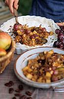 Europe/France/Gastronomie générale: Repas en plein air - Préparation de la tarte aux fruits d'automne et aux pralines