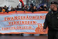 Mehrere hundert Menschen demonstrierten am Samstag den 9. Februar 2013 in Berlin-Kreuzberg gegen die drohende Zwangsraeumung einer 5-koepfigen Familie. Die Familie lebt seit den 80er Jahren in Kreuzberg und soll nach Willen des Hausbesitzers Andre Franell am 14. Februar 2013 aus der Wohnung geraeumt werden. Zwei vorangegangene Raeumungstermine wurden durch die Unterstuetzung aus der Nachbarschaft bereits verhindert.<br />9.2.2013, Berlin<br />Copyright: Christian-Ditsch.de<br />[Inhaltsveraendernde Manipulation des Fotos nur nach ausdruecklicher Genehmigung des Fotografen. Vereinbarungen ueber Abtretung von Persoenlichkeitsrechten/Model Release der abgebildeten Person/Personen liegen nicht vor. NO MODEL RELEASE! Don't publish without copyright Christian-Ditsch.de, Veroeffentlichung nur mit Fotografennennung, sowie gegen Honorar, MwSt. und Beleg. Konto:, I N G - D i B a, IBAN DE58500105175400192269, BIC INGDDEFFXXX, Kontakt: post@christian-ditsch.de<br />Urhebervermerk wird gemaess Paragraph 13 UHG verlangt.]